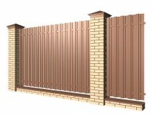 Забор с кирпичными столбами и металлическим штакетником