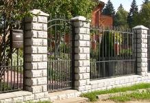 Забор из блоков и кованых секций