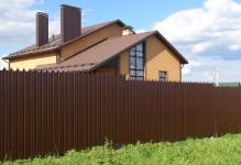 Забор из фигурного профнастила и блоков