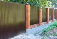 Забор с кирпичными столбами в Подольске